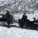 Een sneeuwscooter brengt ons een eindje op weg
