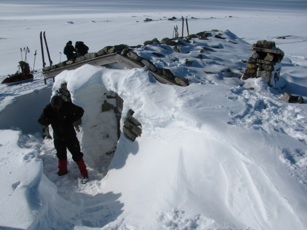 Noorwegen, Hardangervidda, winterreis ondergesneeuwd hutje