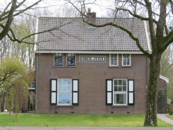 In Veenhuizen, waar in de 19e eeuw de Maatschappij van weldadigheid werd gesticht, vind je in bijna alle huizen uit die tijd een spreuk in de gevel.