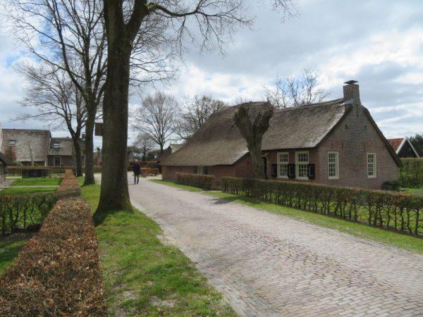 Straatbeeld in Norg, een typisch Drents esdorp.